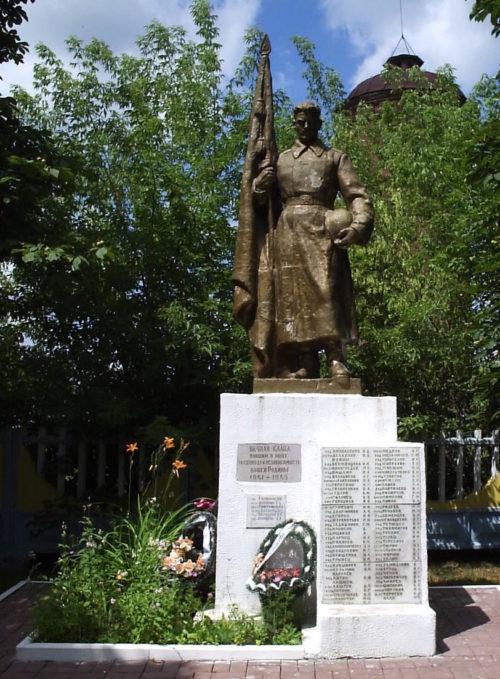 г. Рогачёв. Памятник, установленный на братской могиле в парке железнодорожного вокзала.