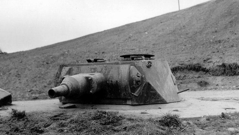 Захваченная немецкая башня на пляже Омаха. 1944 г.