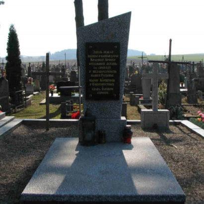п. Сопоцкин Гродненского р-на. Памятник на кладбище, установленный на братской могиле, в которой захоронено 23 советских воина.
