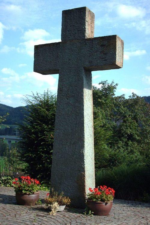 Памятный крест на кладбище.