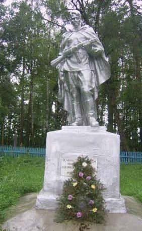 д. Старое Село Рогачевского р-на. Памятник, установленный на братской могиле, в которой похоронено 1 008 советских воинов, в т.ч. 762 неизвестных.
