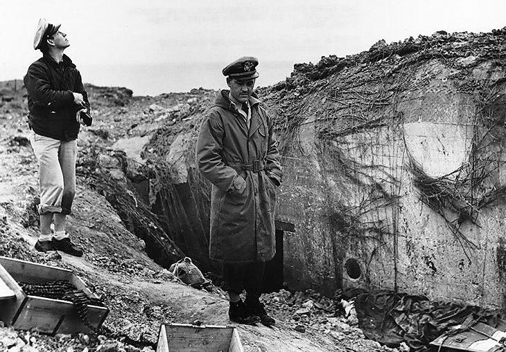 Brit tengerészek a megsemmisült német bunkernél.  1944 g.