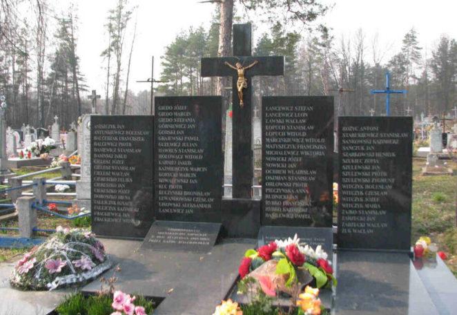 п. Сопоцкин Гродненского р-на. Памятник на кладбище, установленный на братской могиле, в которой захоронено 30 советских воинов.