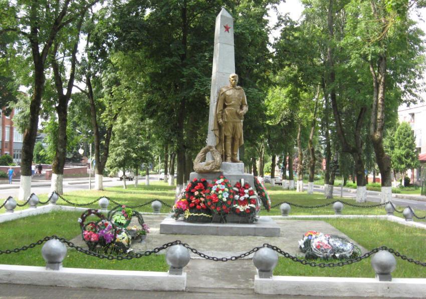 г. Свислочь. Обелиск, установленный в 1953 году на братской могиле, в которой похоронено 398 воинов 190 стрелкового полка 5-й стрелковой дивизии 3-й армии Белорусского фронта, а также воины 336-го стрелкового полка. Среди захороненных Герой Советского Союза Николай Масонов.