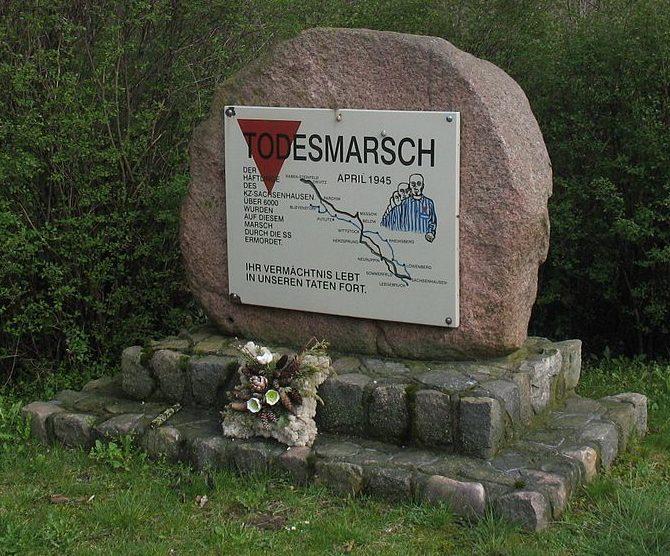 г. Путлиц. Мемориальный камень, посвященный «Маршу смерти» узниками концлагеря Заксенхаузен.