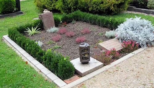 г. Эфтштадт р-н Блессем. Памятный знак, установленный на братской могиле, в которой похоронено 13 советских военнопленных.