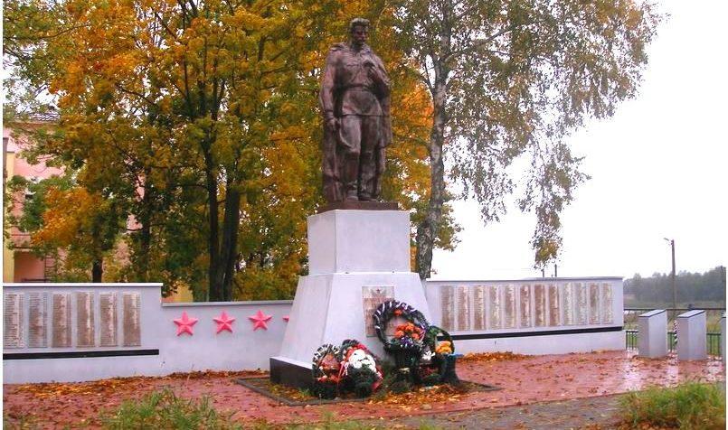 п. Тихиничи Рогачевского р-на. Памятник, установленный на братской могиле, в которой похоронено 553 воина, в т.ч. 15 неизвестных.