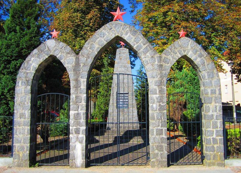 г. Райнсберг. Памятник, установленный на братской могиле, в которой похоронено 62 советских воина.