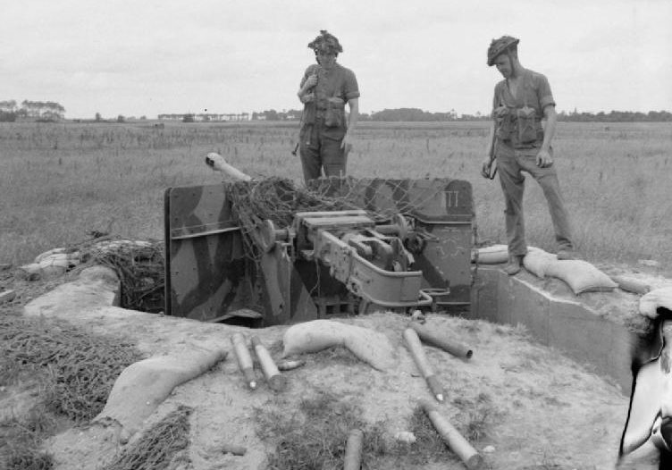 Британские солдаты у брошенной немецкой 50-мм пушки. Нормандия. Июль, 1944 г.