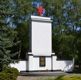 Коммуна Рейтвайн. Памятник, установленный у братских могил, в которых похоронено 3 тысячи советских воинов.