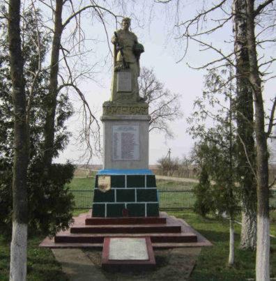 д. Сухая Долина Гродненского р-на. Памятник, установленный на братской могиле, в которой захоронено 146 советских воинов.