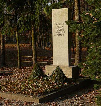 д. Рейтен. Памятник, установленный у братских могил, в которых похоронено 59 советских воинов.