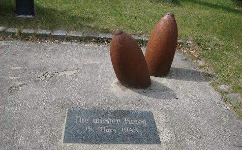 с. Рехаген. Памятник жертвам авиабомбардировки 15 марта 1945 года.