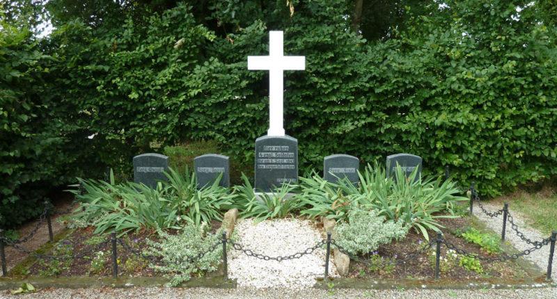г. Альтдорф. Памятники на протестантском кладбище на могилах солдат, погибших союзников.
