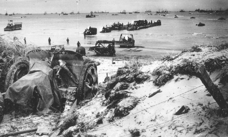 Разбитое 47-мм противотанковое орудие на пляже Омаха. 1944 г.