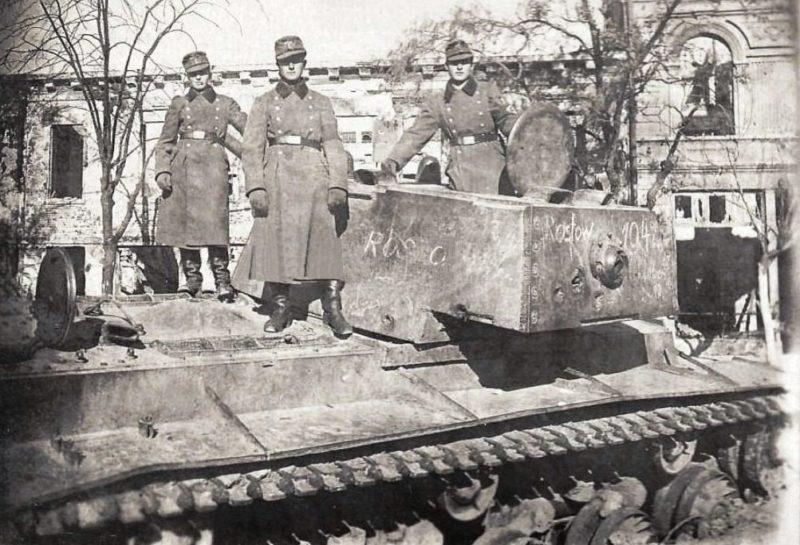 Оккупанты на танке КВ-1 на ул. Московской. Осень 1942 г.