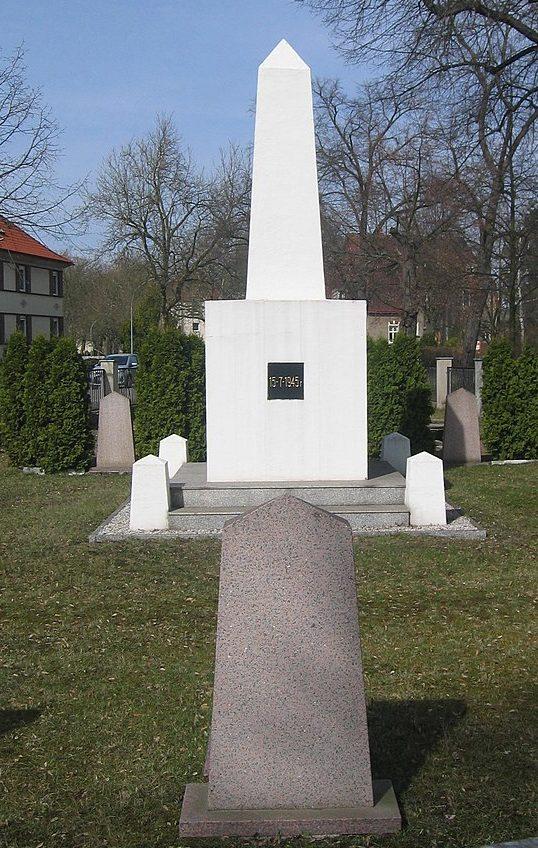 г. Руланд. Памятник на советском военном кладбище.