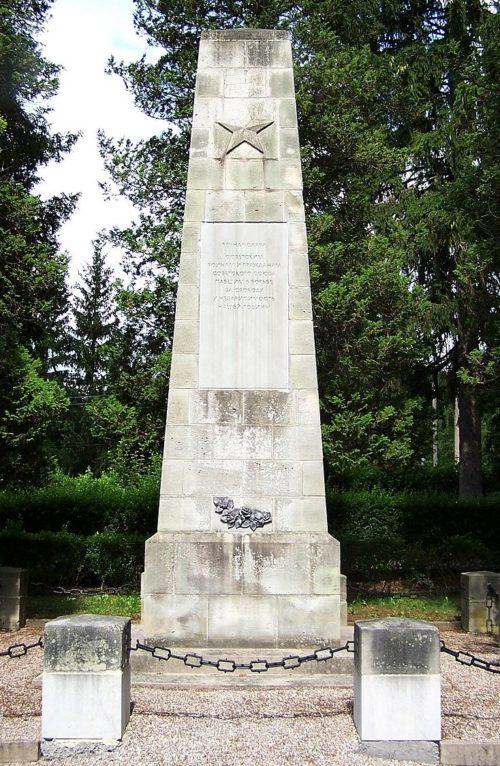 г. Бад-Либенштайн. Памятник, установленный на братской могиле, в которой похоронено 23 советских подневольных рабочих и военнопленных.