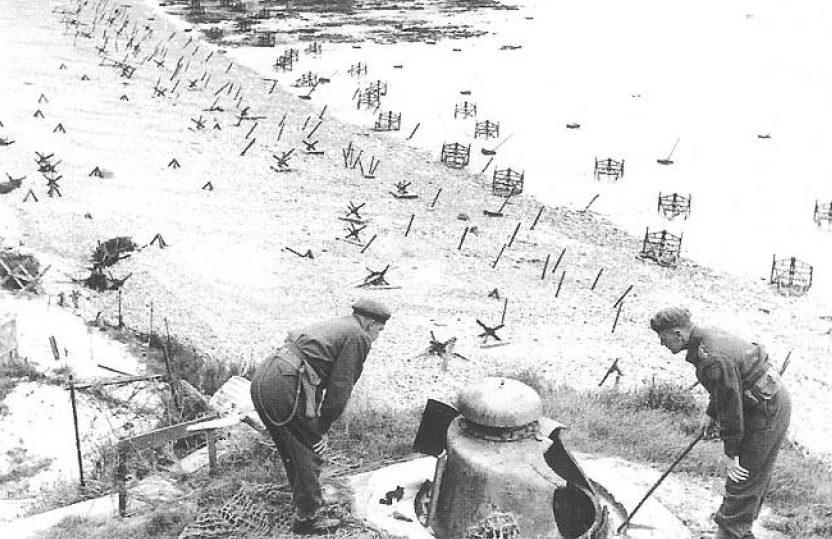 A britek az elfogott bunkernél.  Normandia.  1944 g.