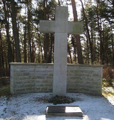 д. Саалов. Памятник, установленный у братских могил, в которых похоронен 331 немецкий солдат и 702 немецких беженца.