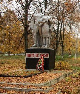 д. Новодевятковичи Слонимского р-на. Памятник землякам, погибшим в годы войны.