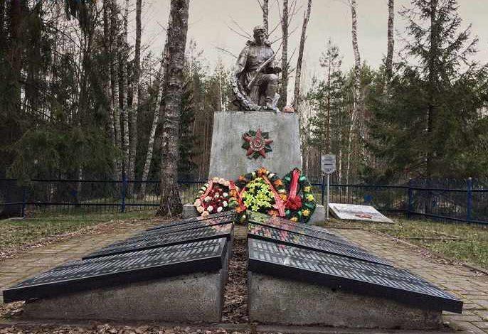 д. Ола Светлогорского р-на. Памятник, установленный в 1958 году на братской могиле, где захоронено свыше 700 советских военных, партизан и мирных жителей.