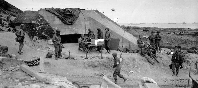 Szövetségesek az elfogott bunkernél 50 mm-es fegyverrel.  Omaha Beach.  1944. június