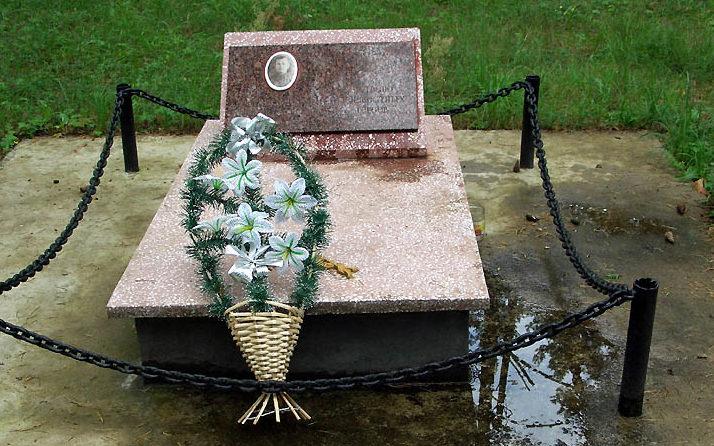 д. Чеховщина Гродненского р-на. Памятник, установленный на братской могиле, в которой захоронено 5 советских воинов, из них 2 неизвестных.