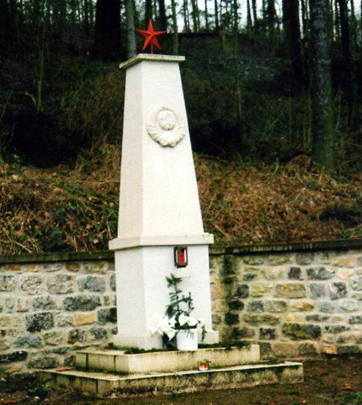 г. Бад-Зульца. Памятник, установленный на братской могиле, в которой похоронен 291 советский военнопленный, погибший в концлагере «IX-C Bad Sulza».