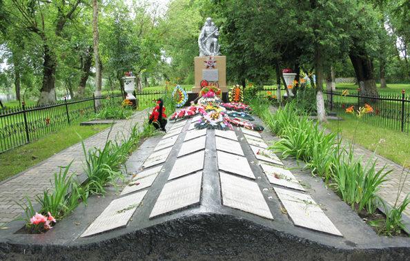 п. Паричи Светлогорского р-на. Братская могила в образована путём перезахоронения в 1957-1960 годах воинов захороненных в отдельных могилах и дивизионных братских захоронениях в радиусе 10-15 км от Парич.