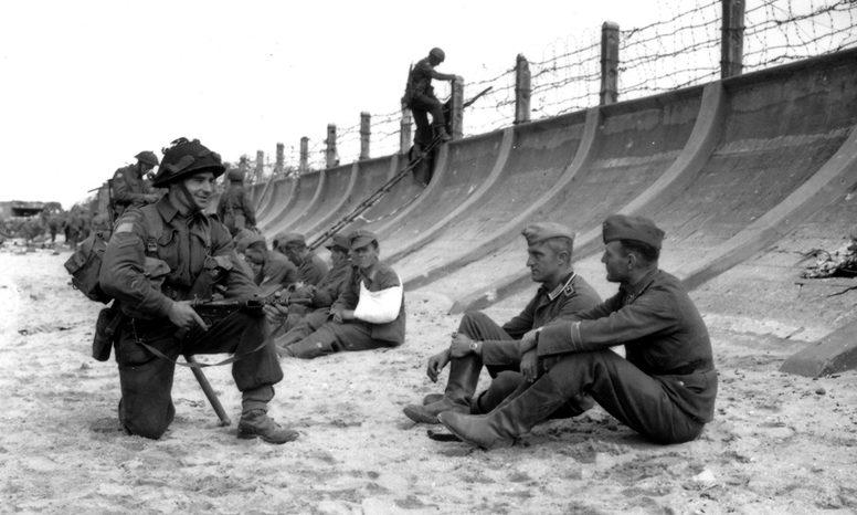 Захват пленных при высадке на берег. 1944 г.