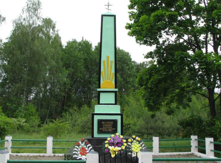 д. Шкленск Гродненского р-на. Памятник, установленный на братской могиле, в которой захоронено 78 советских воинов.