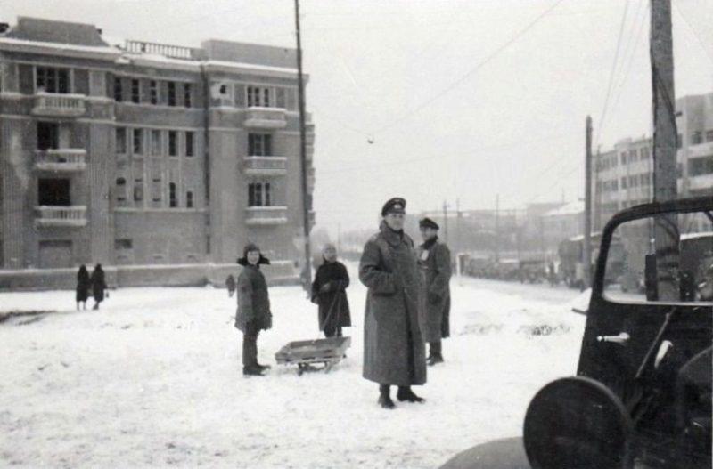 Немцы на Комсомольской площади. Январь 1943 г.