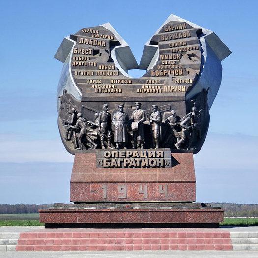 Центральный памятник комплекса - 7-метровый горельеф с 4-мя фигурами - Жукова, Рокоссовского, Батова и Панова. Скульптор – В. Кондратенко.