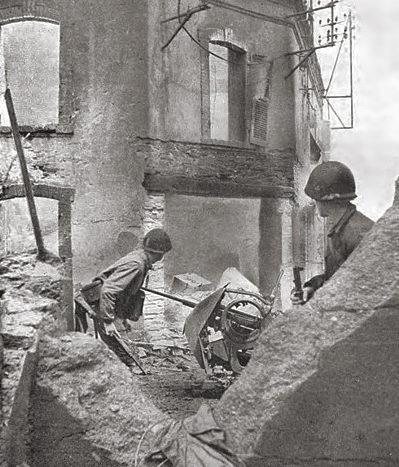 Американские пехотинцы штурмуют дом. Шербур. 1944 г.
