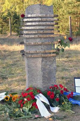 д. Уккермарк. Памятный знак на месте концлагеря «Uckermark» в котором погибло боле 5 тысяч заключенных женщин.