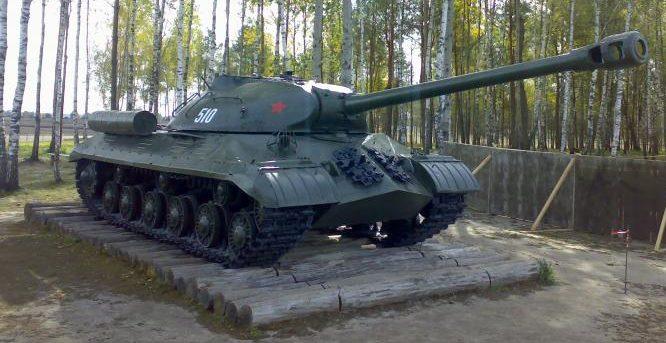 Танк ИС-3, установленный на бревенчатый настил, используемый для преодоления трясины.