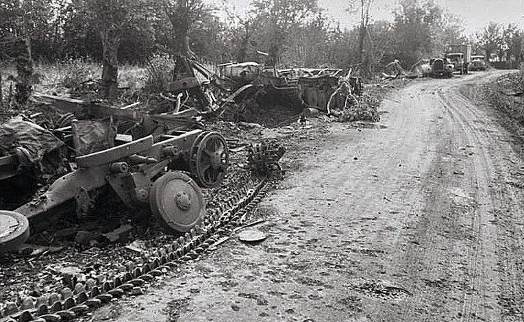 Остатки немецкой техники вдоль французской дороги. 1944 г.