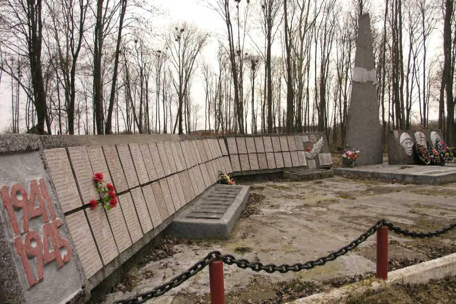 д. Майское Жлобинского р-на. Мемориал, установленный в 1991 году у братских могил, в которых похоронено 1 385 воинов, погибших в боях с немецко-фашистскими захватчиками в декабре 1943, январе 1944-го годов.