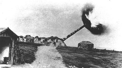 305 –мм орудие береговой батареи Mirus ведет огонь. 1944 г.