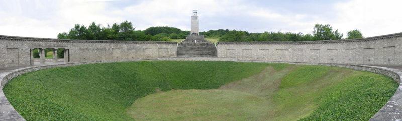 Кольцевая могила с «Башней свободы»
