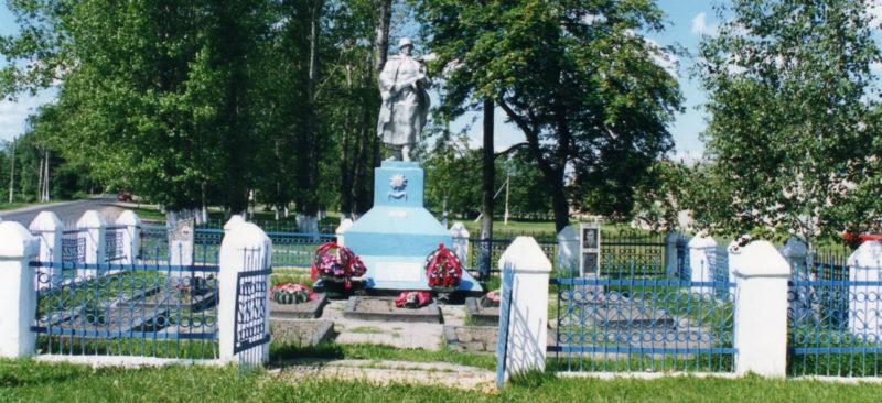 д. Малевичи Жлобинского р-на. Памятник, установленный в 1959 году на братской могиле, в которой захоронено 23 советских воина.