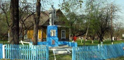 д. Большие Крагли Дятловского р-на. Памятник, установленный в 1967 году в память о 27 земляках, не вернувшимся с войны.