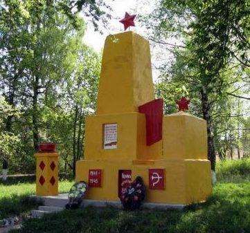 д. Ведровичи Дятловского р-на. Памятник, установленный в 1968 году в память о 6 земляках, не вернувшимся с войны.