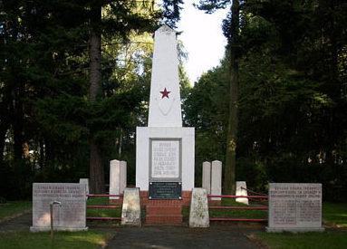г. Форст (Лаузиц). Памятник, установленный у братских могил, в которых похоронено 188 советских воинов.