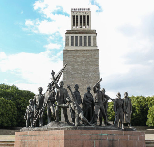 Колокольня с памятником.