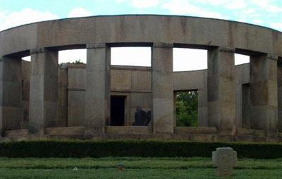 Коммуна Далайден. Военное кладбище, где похоронены немецкие солдаты, погибшие во время Второй мировой войны.
