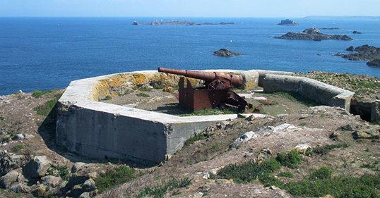 Сооружения батарея на острове Cézembre.