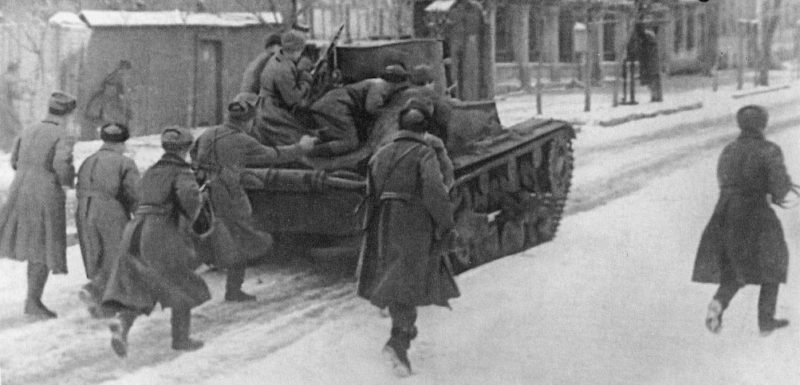 Красноармейцы в бою за город. Февраль 1943 г.