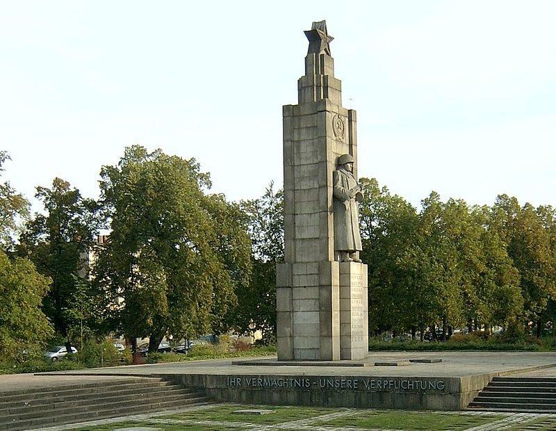 г. Франкфурт. Мемориал, установленный у братских могил, в которых похоронено 1 453 советских воинов.